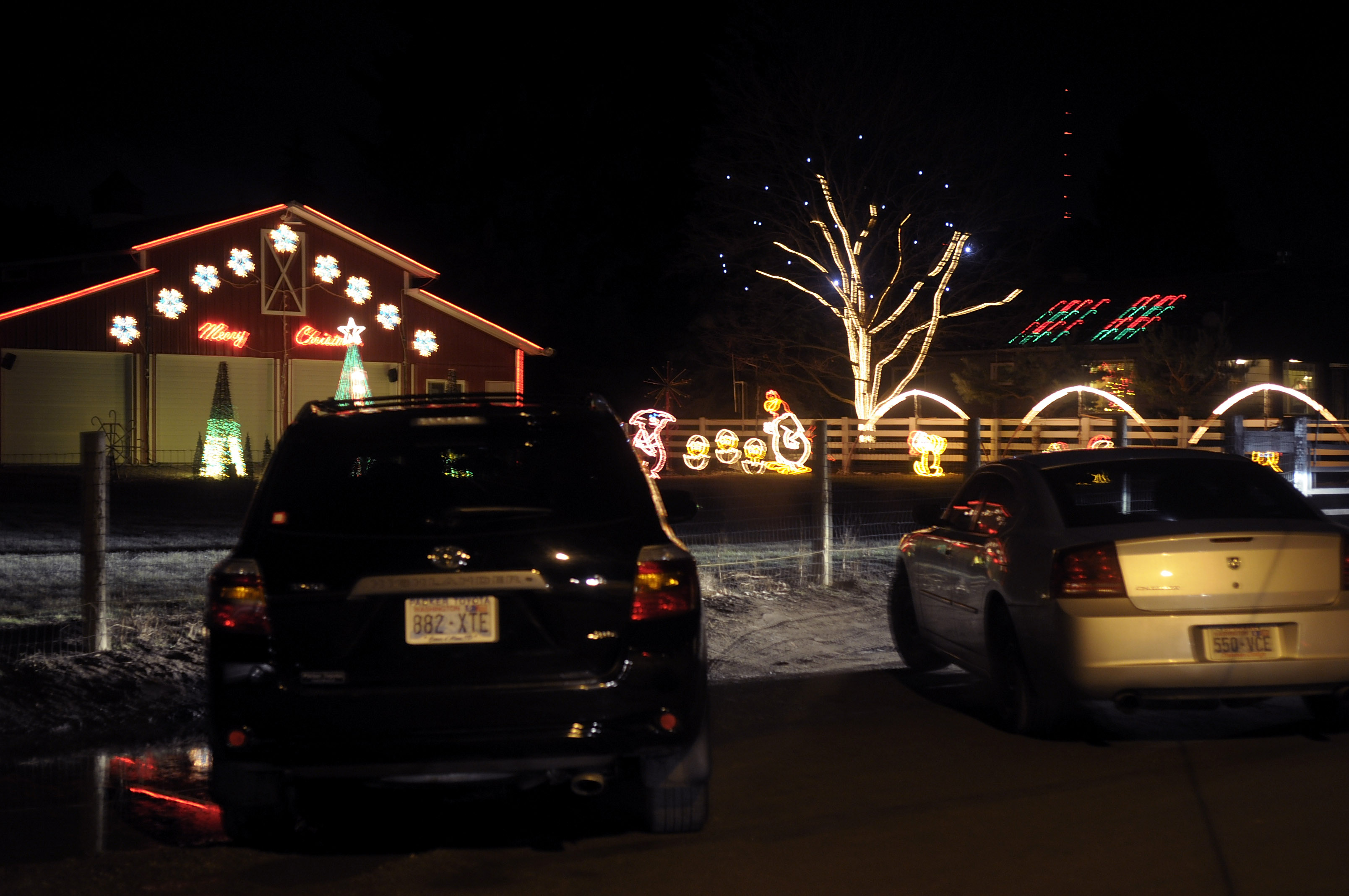 a steady stream of cars stop and park at 3107 s glenrose road in spokane - Animated Christmas Light Displays
