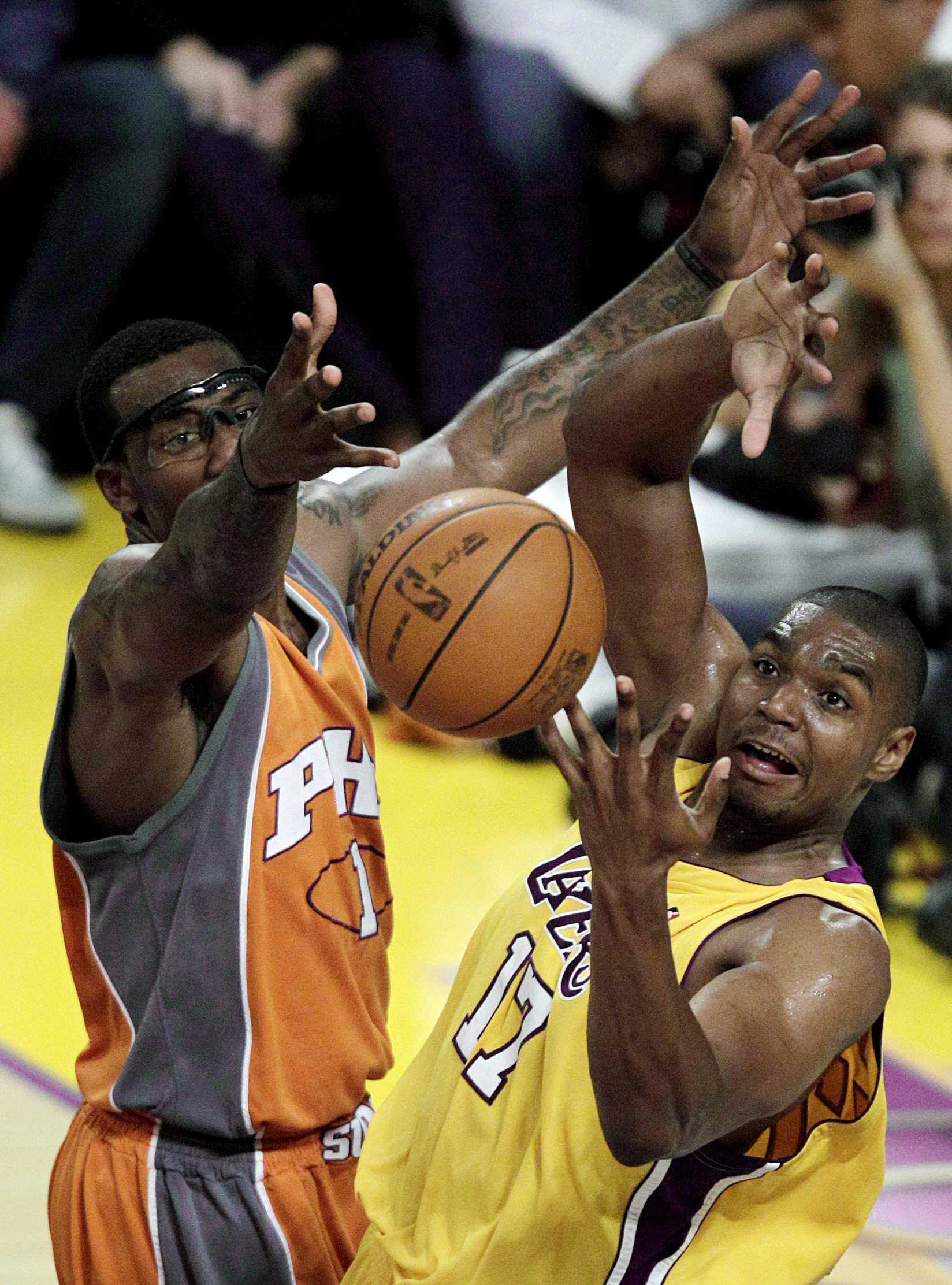 f2fb920bf5b L.A. Lakers' Andrew Bynum, right, had his knee drained with hopes to be