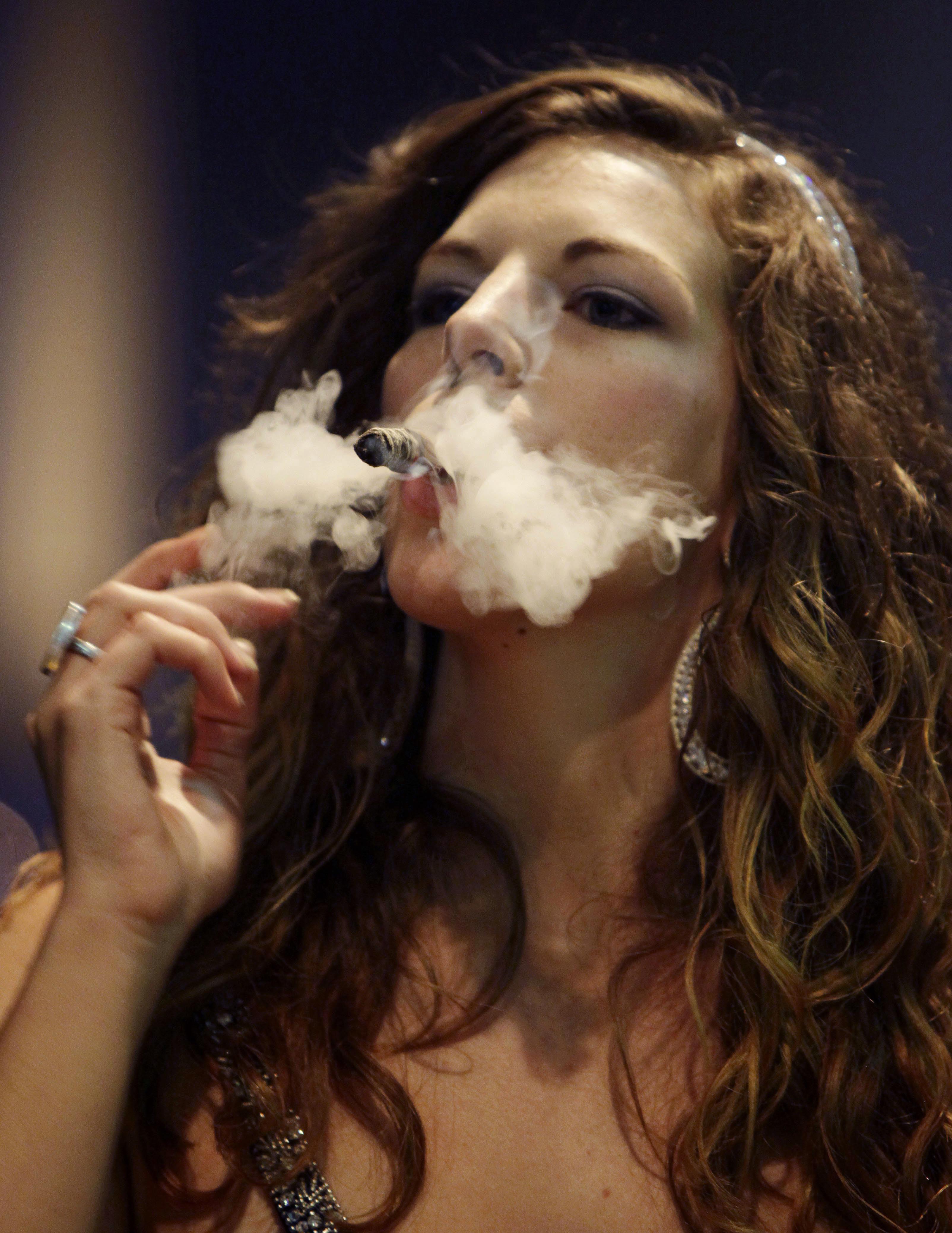 Video wife cigar smokes — pic 2