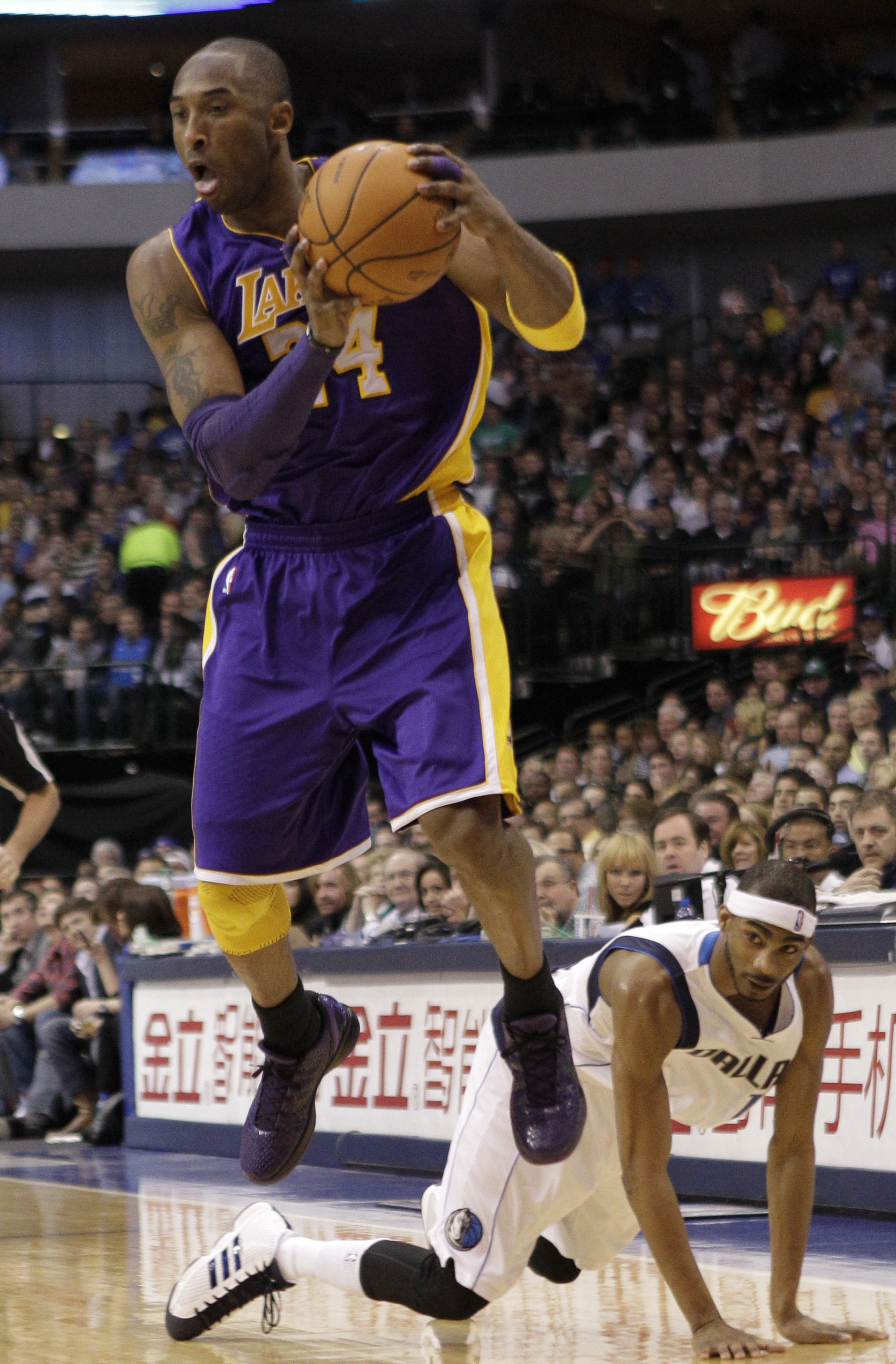 In Brief Injured Bryant Lakers Defeat Mavs In Dallas The