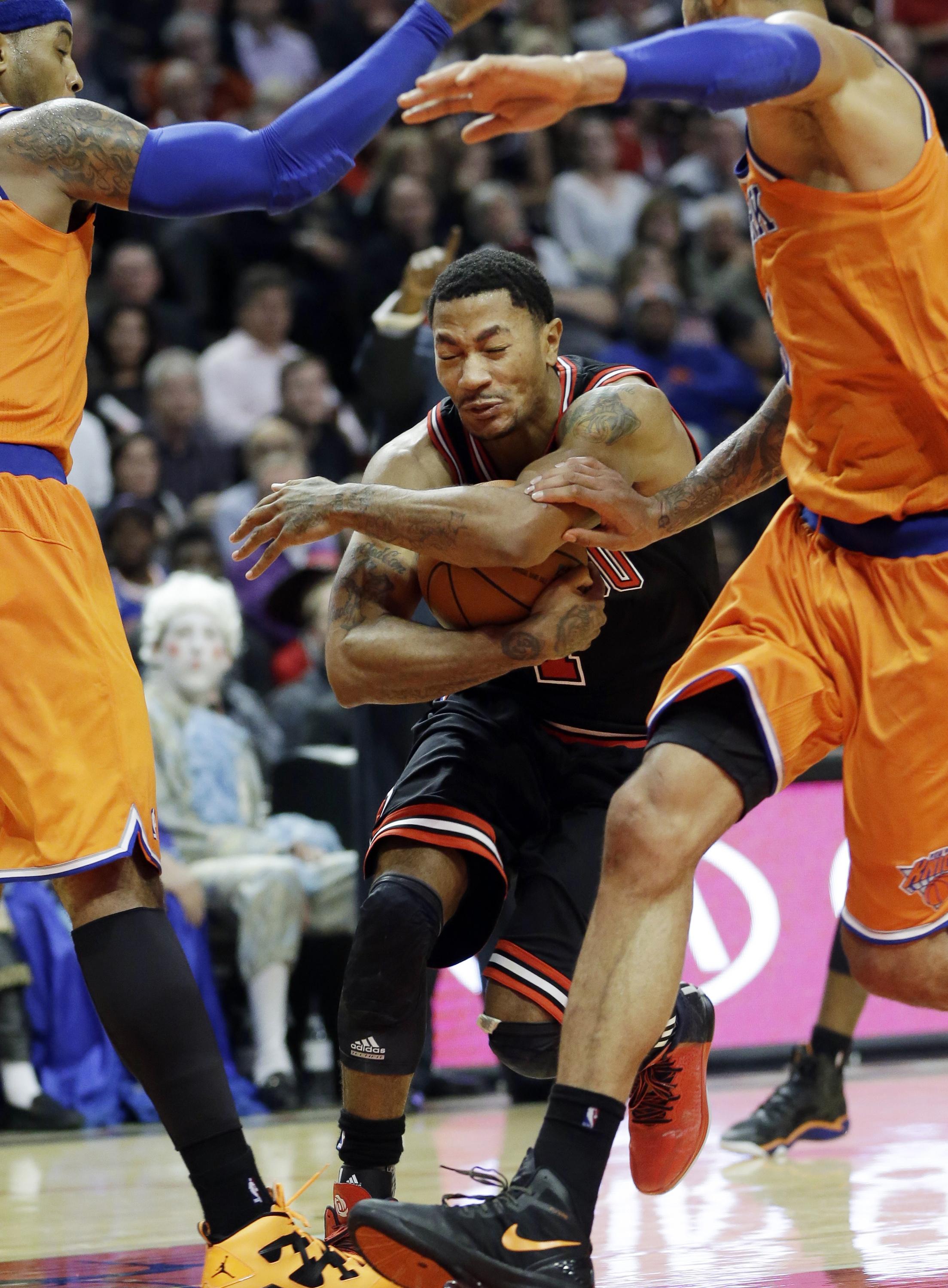 27140ccaecc Chicago Bulls guard Derrick Rose drives to the basket Thursday night  against the New York Knicks