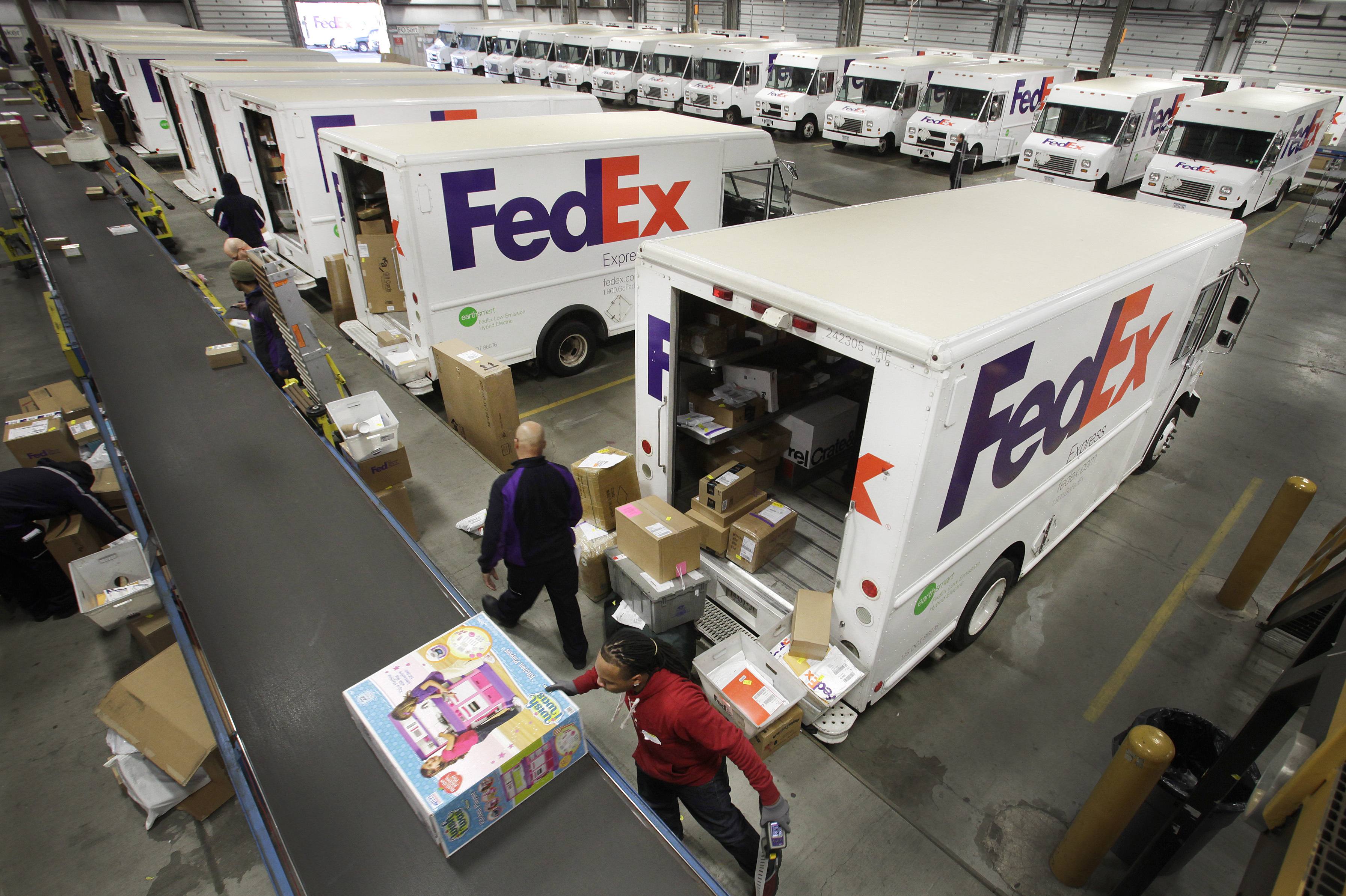 fedex ups improve holiday shipping performance the spokesman review. Black Bedroom Furniture Sets. Home Design Ideas