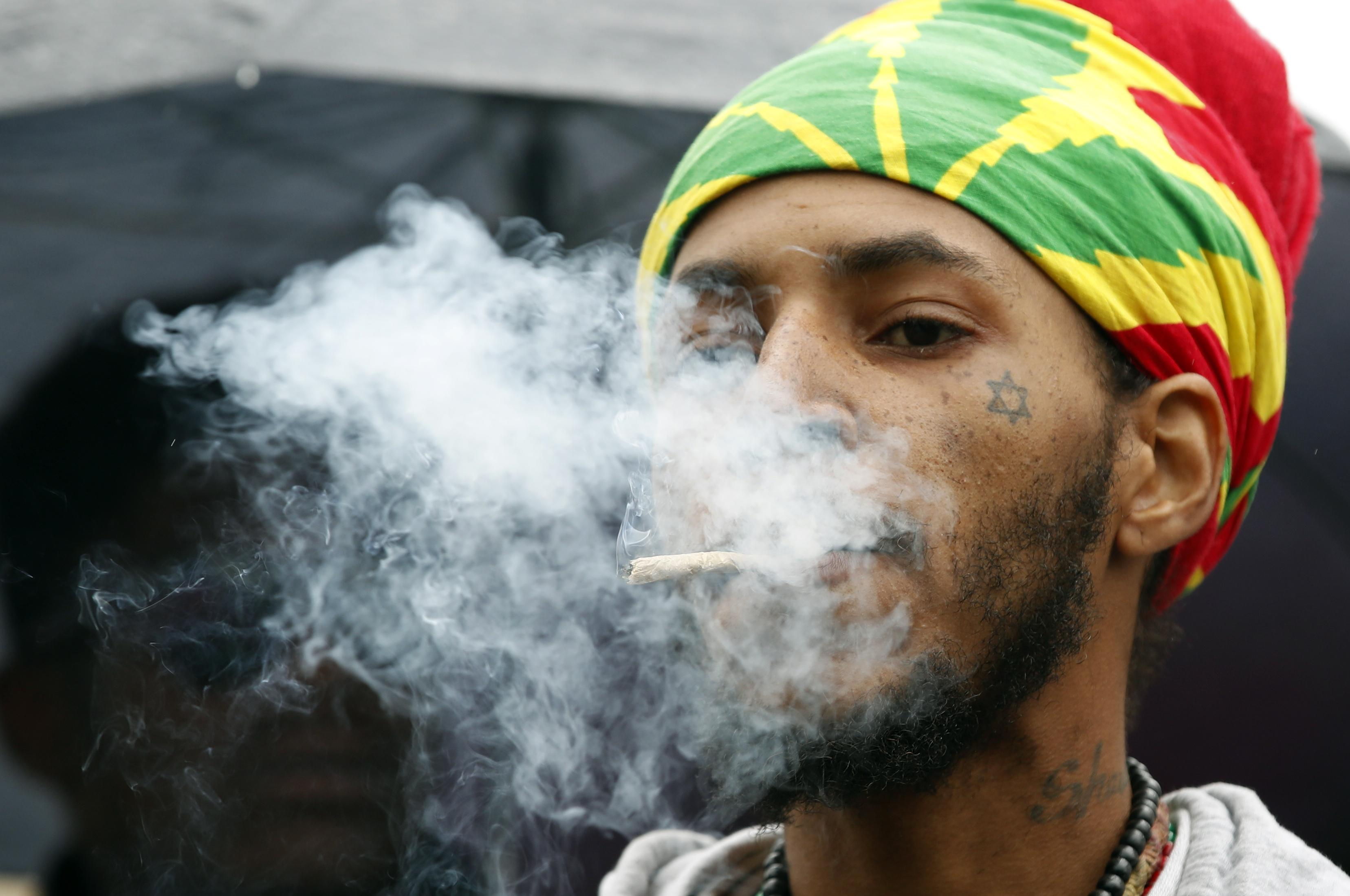 Картинки парень курит траву
