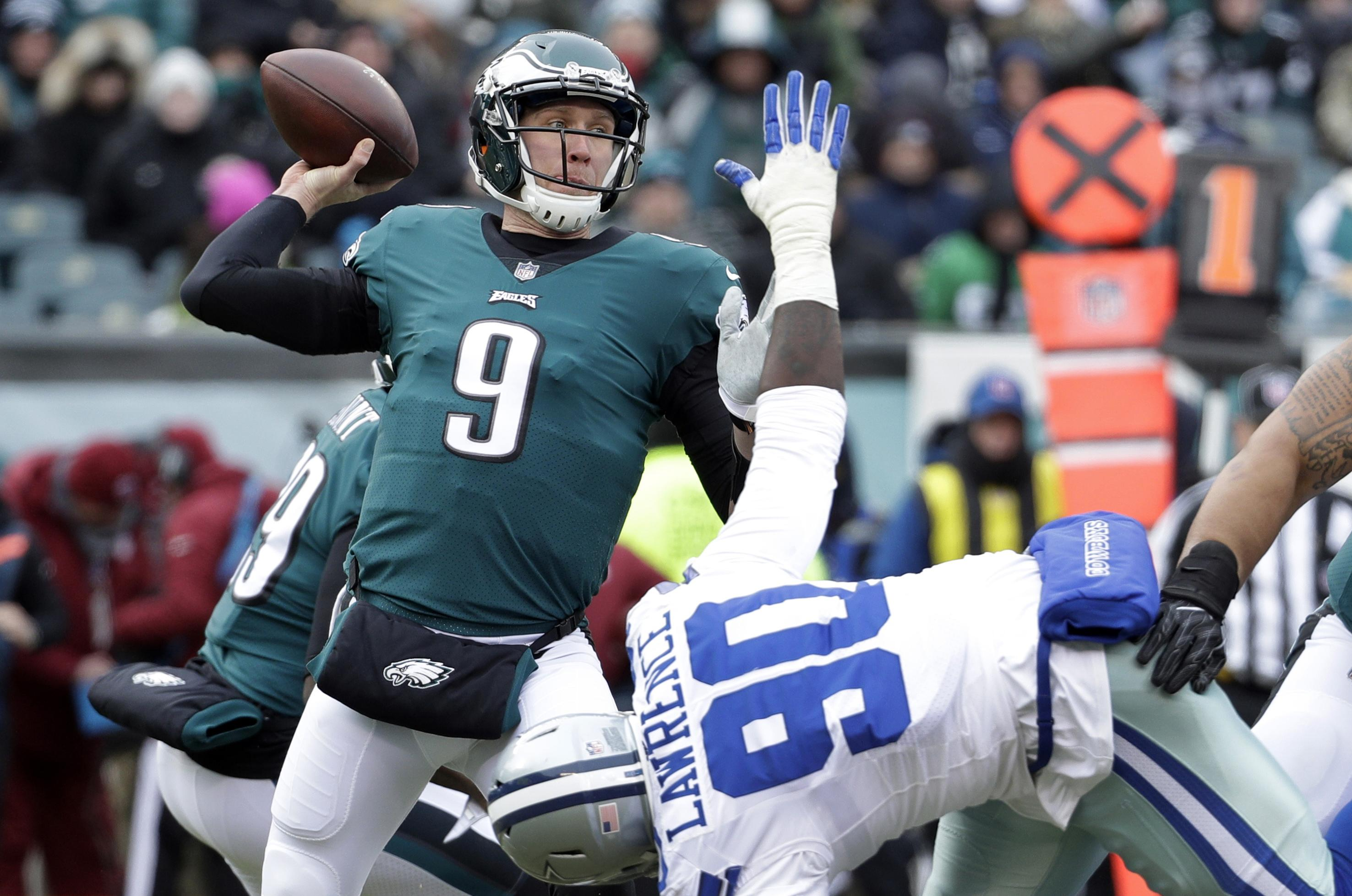 Philadelphia Eagles Quarterback Carson Wentz Throws The Ball During Practice At Nfl Football Training C