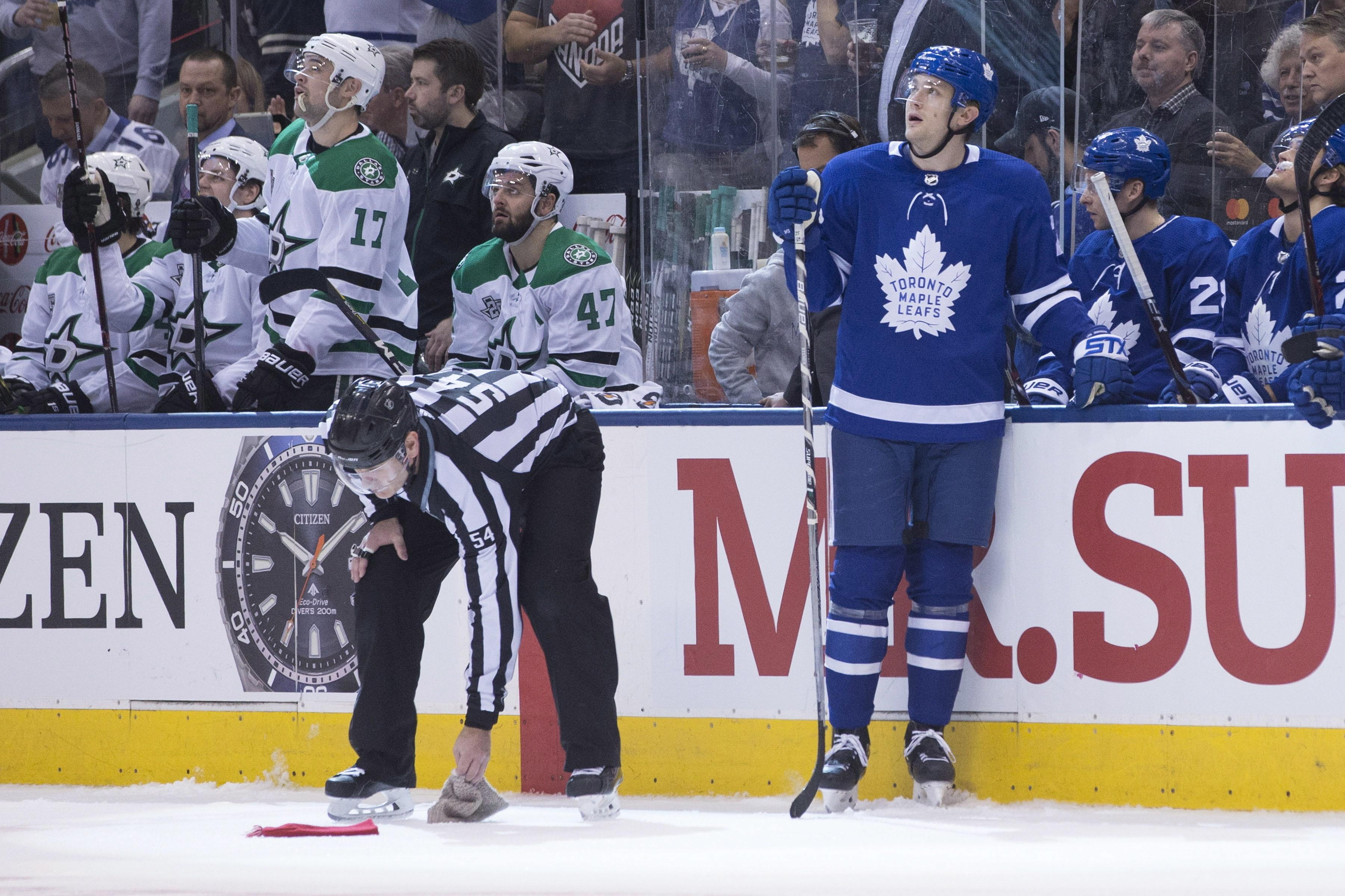 Toronto Maple Leafs left wing James van Riemsdyk (25) looks up at the screen 1c5c01a2e