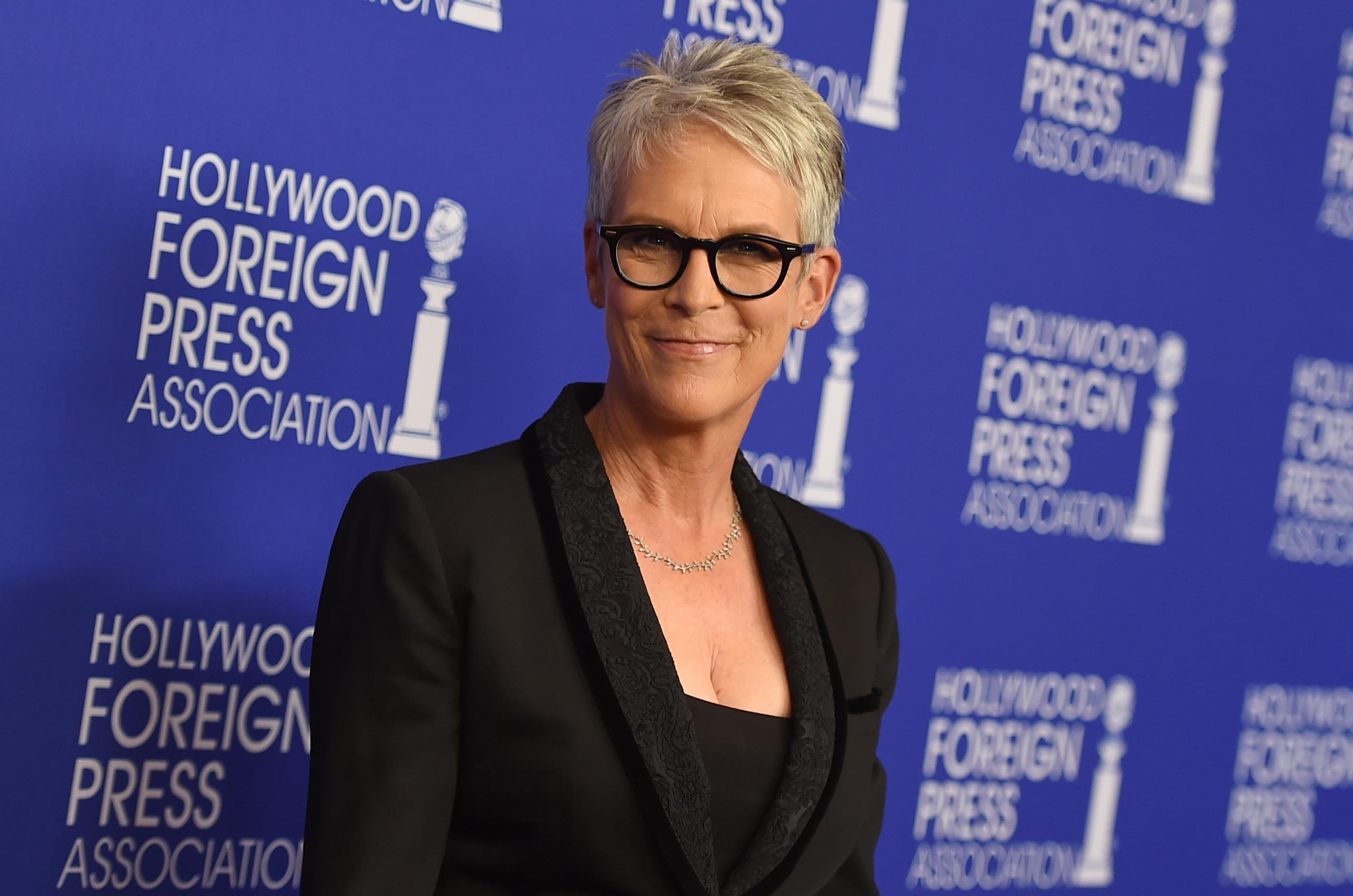 halloween' trailer shows jamie lee curtis means business | the