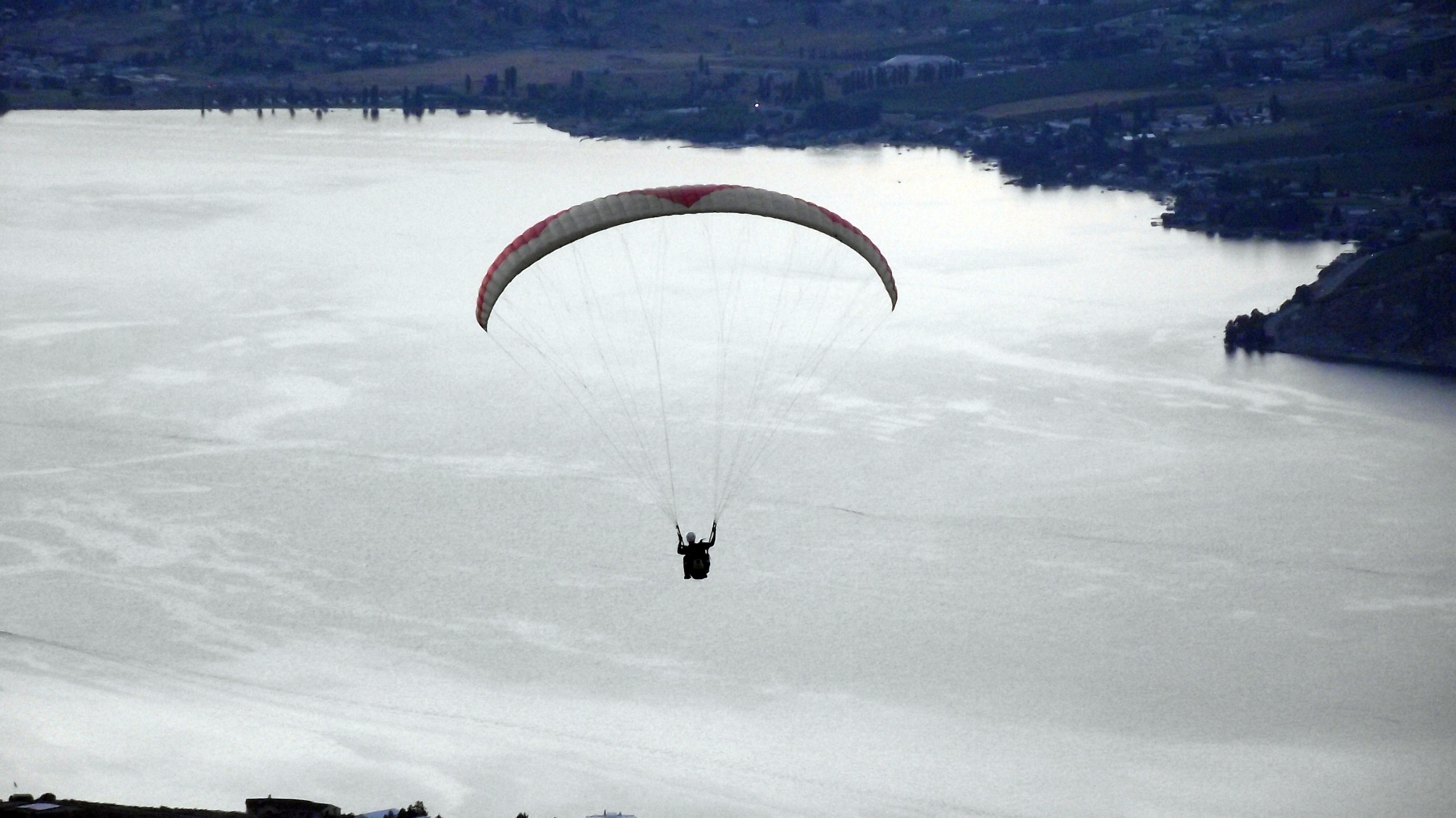 Paraglider pilot killed after crashing onto highway east of Chelan