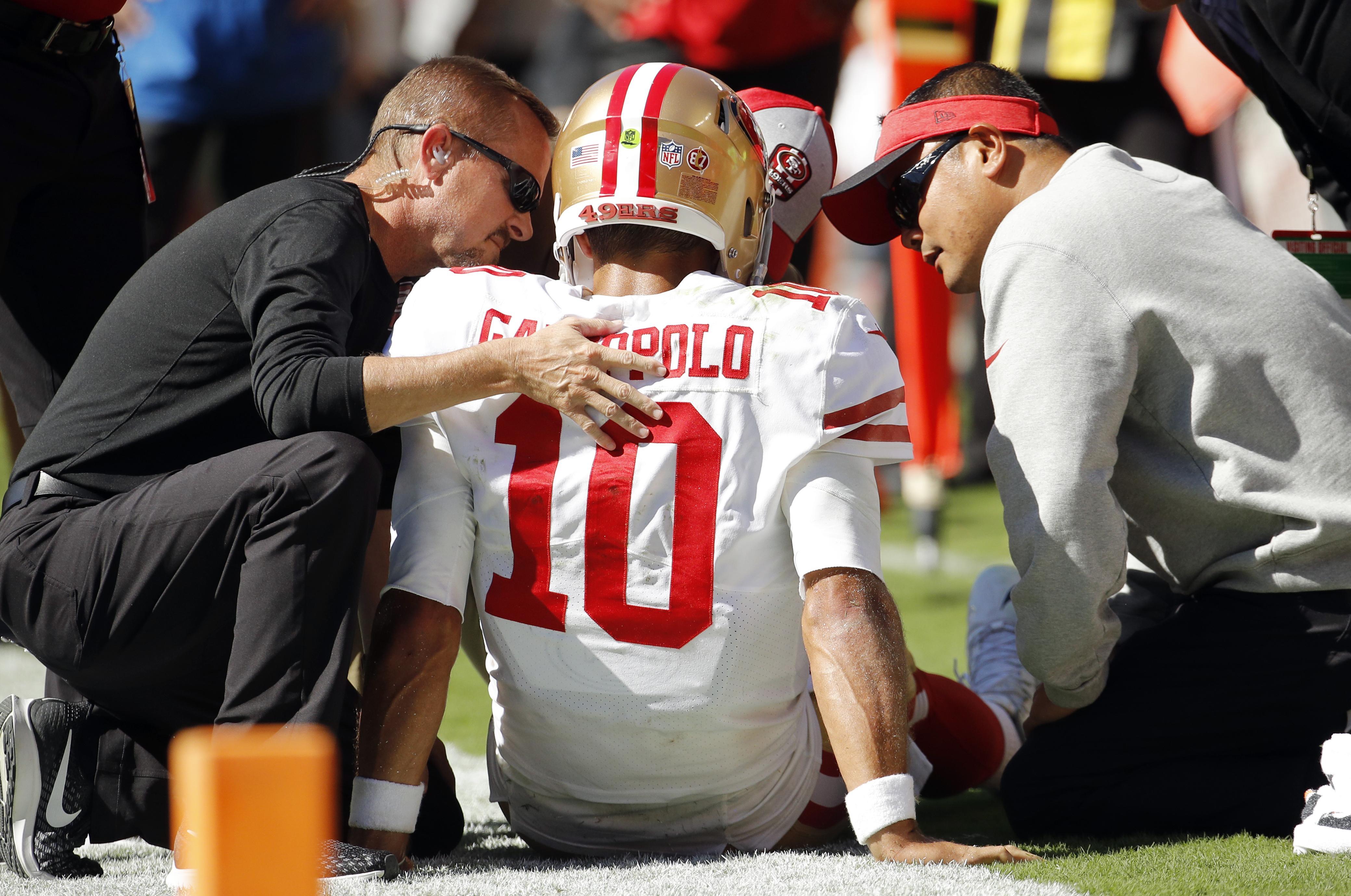 462512b1df3 Trainers examine San Francisco 49ers quarterback Jimmy Garoppolo (10)