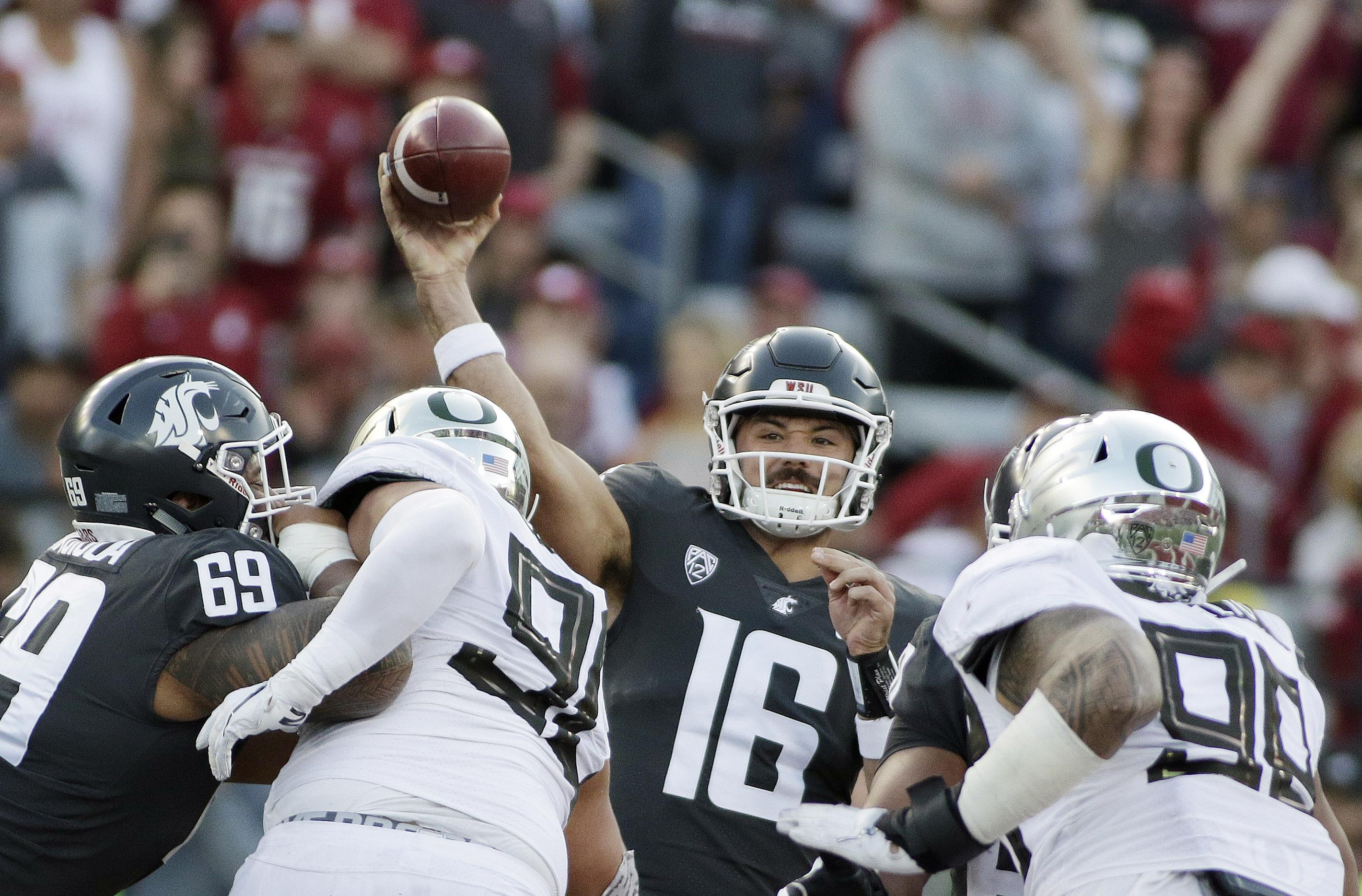 Washington State quarterback Gardner Minshew (16) throws a pass during the first half of