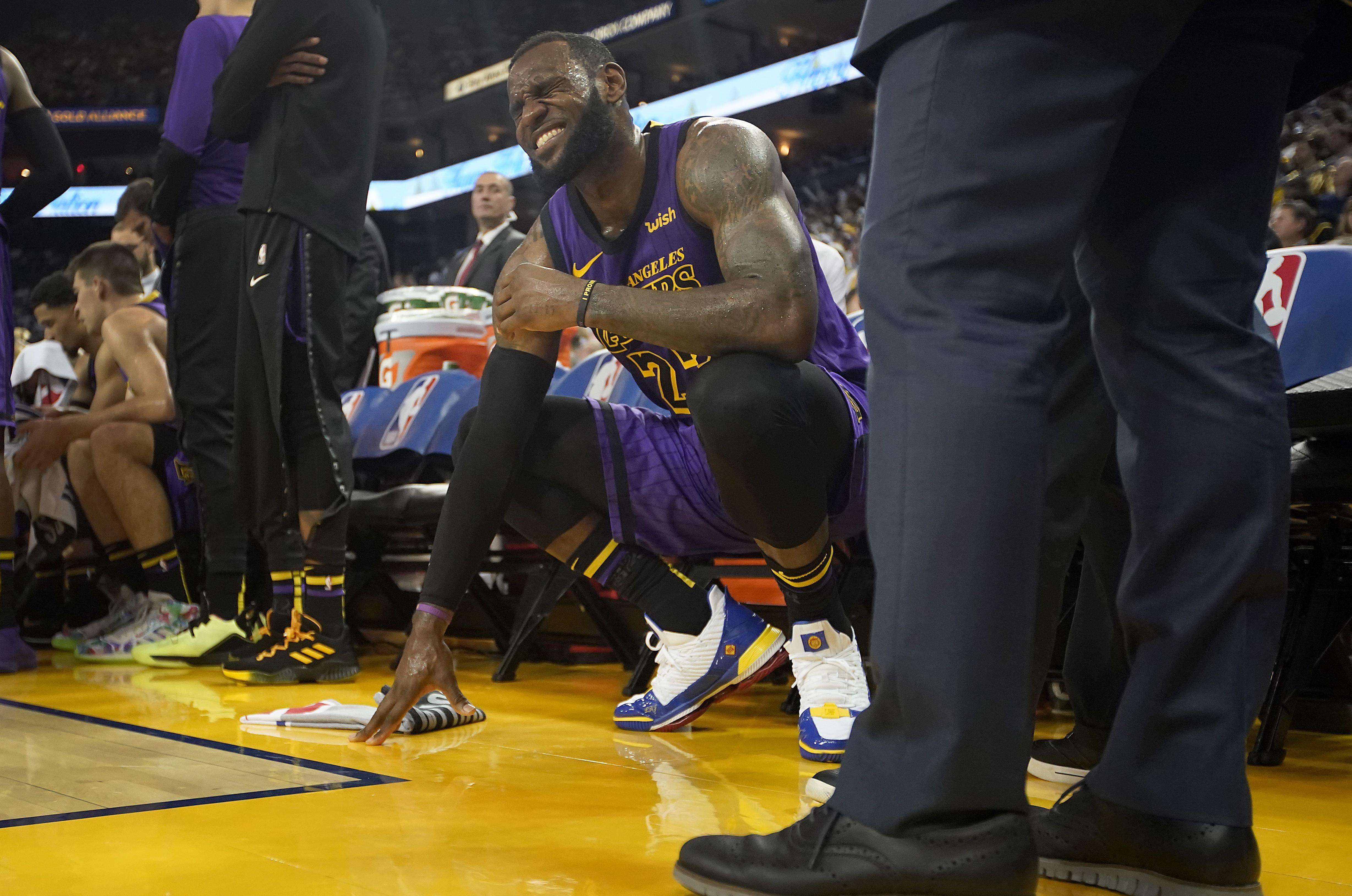 best website 45bab c2cf2 Los Angeles Lakers forward LeBron James (23) grimaces after straining his  left groin,