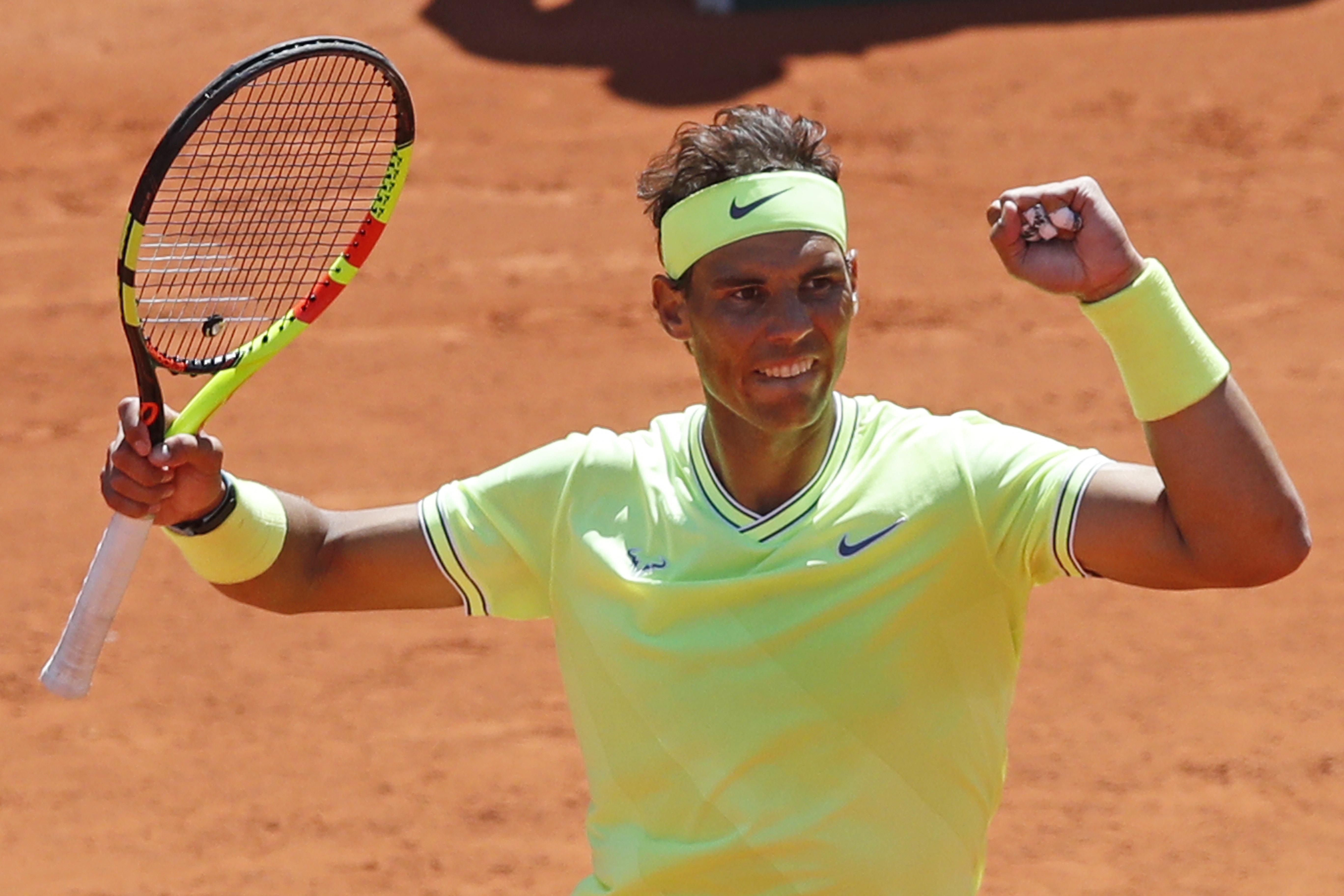 Rafael Nadal breezes by Roger Federer in French Open ...