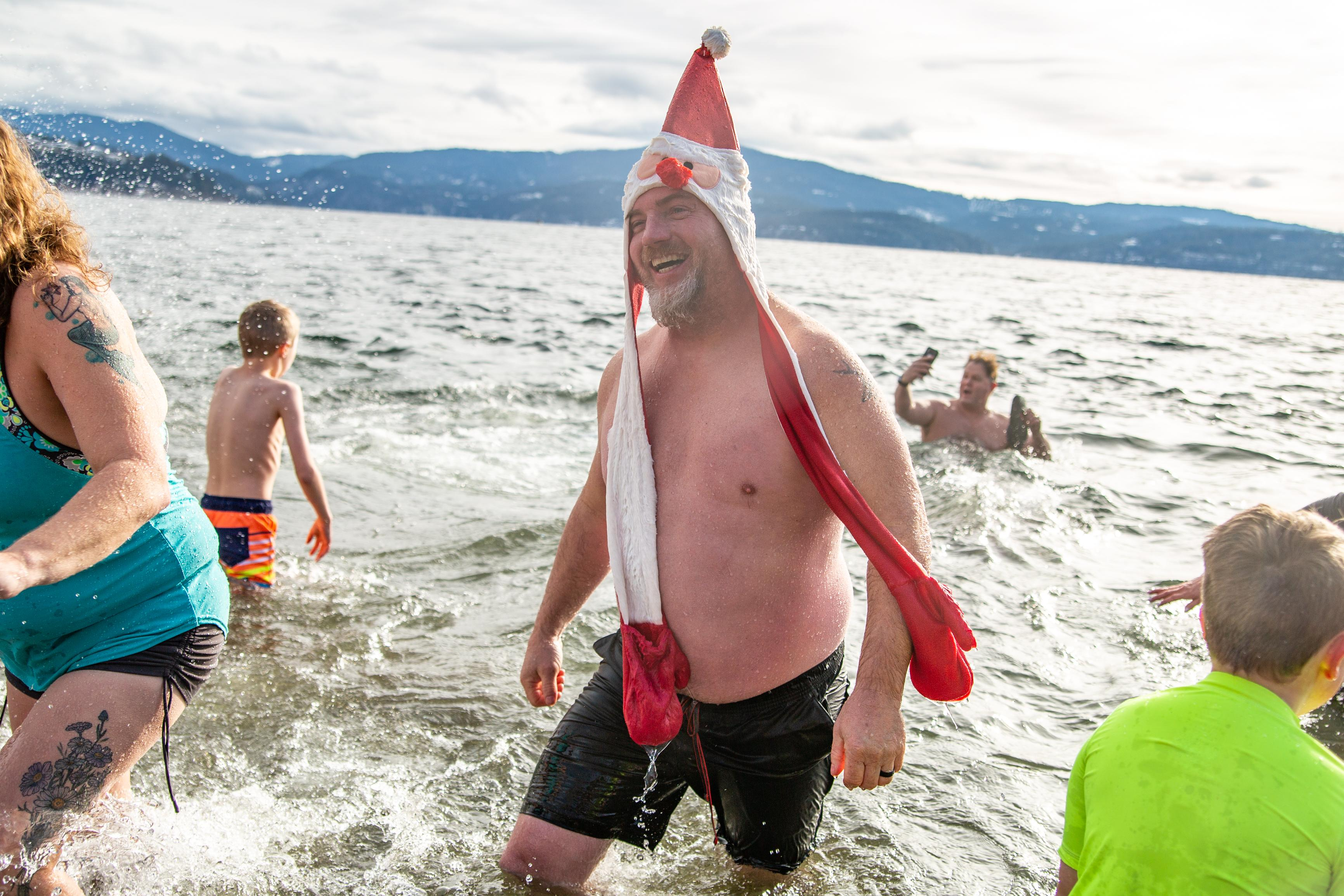 Hundreds splash into 2020 @ Alki New Year's Day Polar Bear Swim